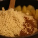 mélange des pommes et poudre d'amande