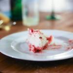 part de cheesecake dans une assiette