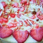 beau cheesecake décoré avec des fraises et des pralines